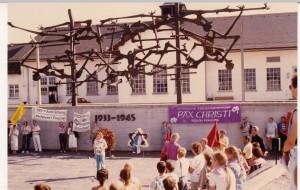 Eine Kundgebung vor dem Internationalen Mahnmal 1987