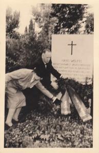 Kranzniederlegung am Grab von Hans Wölfel